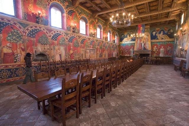 800px-Castello-di-Amorosa-greathall